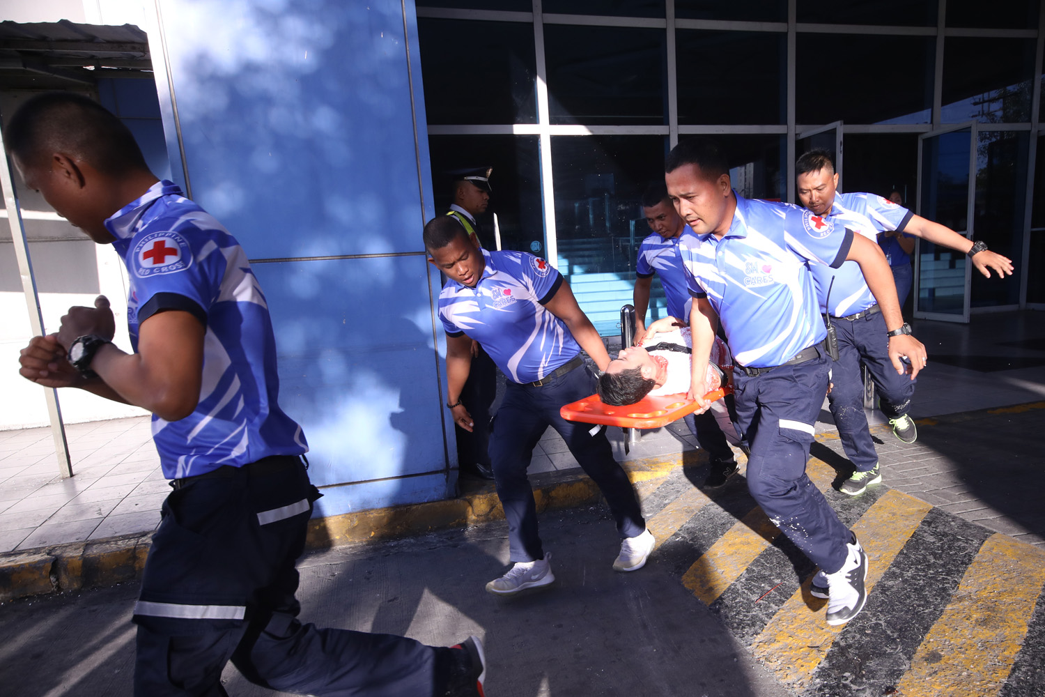 SAVE. A simulation shows how people would respond in case of disasters during the 1st Quarter Nationwide Simultaneous Earthquake drill at SM Fairview in Quezon City on Thursday, February 21. Photo by Darren Langit/Rappler
