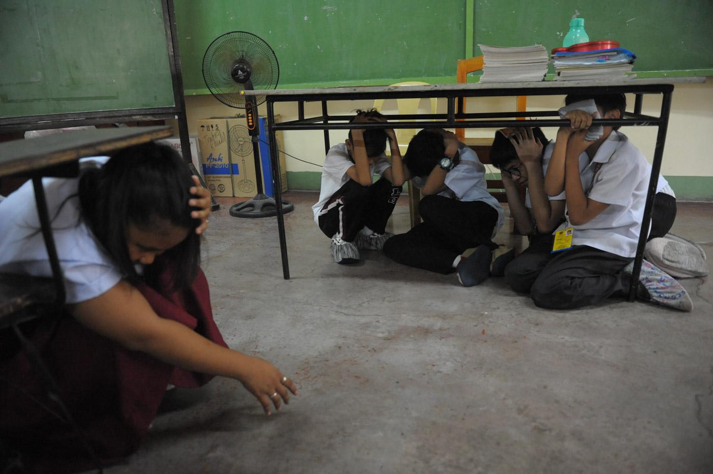DUCK. Students participate on the 4th Metro Manila simultaneous Earthquake drill in Artaullo High School , Manila. Photo by Inoue Jaena/Rappler