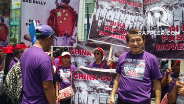 ALLIANCES NEEDED.Former Parañaque Representative Roil Golez (right) joins the rally. Photo by Janelle Paris/Rappler