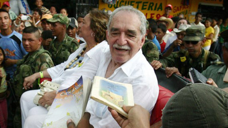 INFLUENTIAL WRITER. In this file photo taken on May 30, 2007 Colombian author Gabriel Garcia Marquez, sitting with his wife Mercedes Barcha, is asked by admirers to dedicate them books, before boarding the train to his hometown Aracataca in Santa Marta, Colombia. File photo by Alejandra Vega/AFP