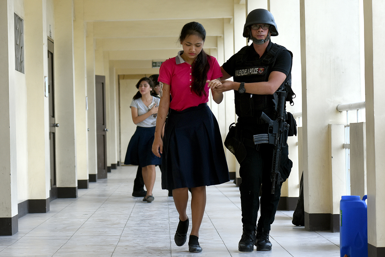 RESPONDING TO TERROR. Three LGUs from Metro Manila take a different approach during the #MMShakeDrill to monitor the speed of the response to potential terror threats and hostage-taking incidents. Photo by Angie De Silva/Rappler
