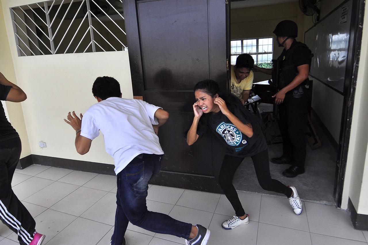SCENARIO. In Valenzuela City, students pretend to be taken hostage by a terrorist. Photo by Angie De Silva/Rappler