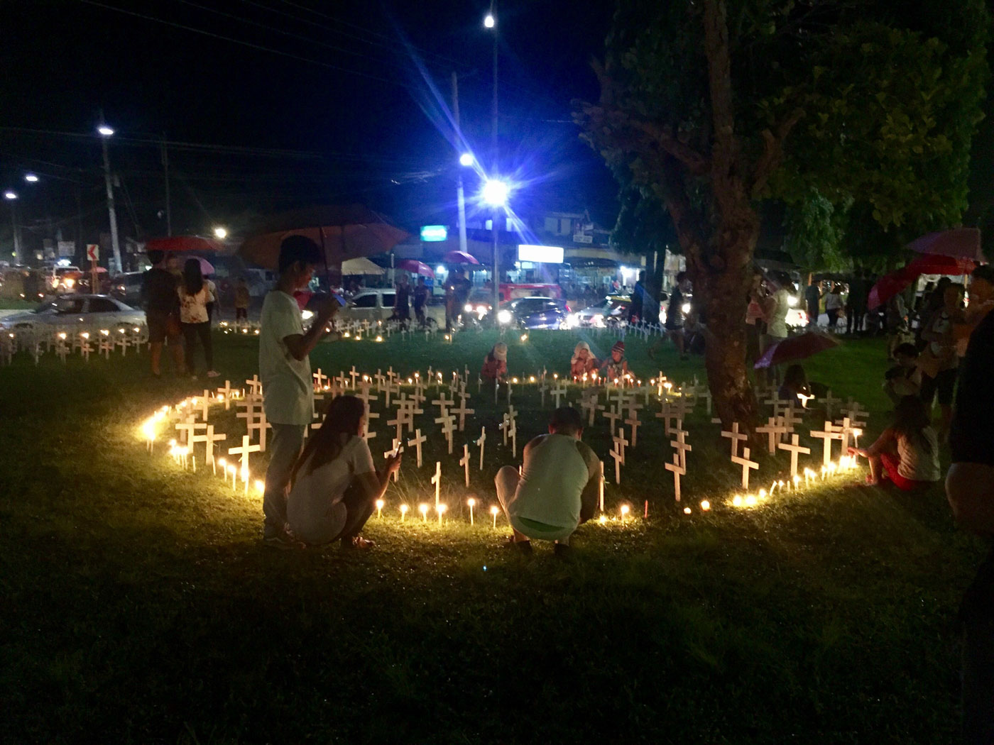 UNITED. Taclobanons gather in memory of their departed loved ones. Photo by Jene-Anne Pangue