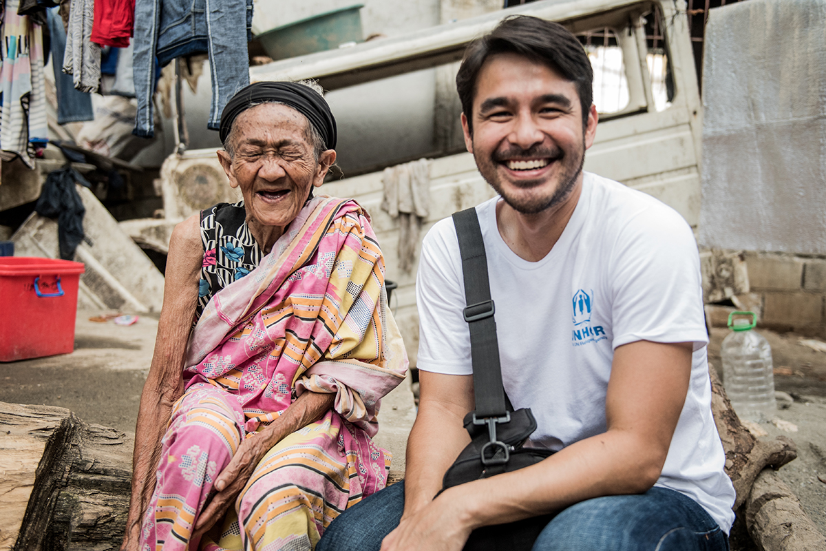 RESILIENCE. UNHCR advocate and multi-awarded broadcast journalist Atom Araullo shares a light moment with Moreg Sarakan, a 100-year-old Maranao woman who fled Marawi City when fighting erupted in May 2017. Araullo first met the grandmother at the Buru-un evacuation center in July. He returned to the camp in December to visit her. Photo by Alecs Ongcal/UNHCR