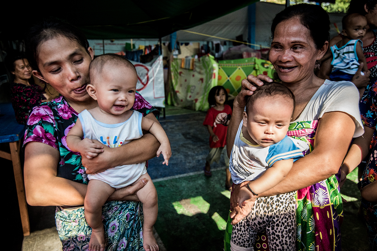 FAMILY. Mothers at the Maria Cristina evacuation center in Iligan City tend to their children in cramped spaces. Photo by Alecs Ongcal/UNHCR
