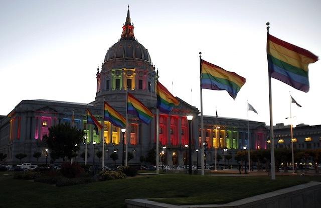 San Francisco City Hall dihiasi bendera dan lampu warna pelangi untuk memberi dukungan pada legalisasi pernikahan sesama jenis di seluruh Amerika Serikat, 26 Juni 2013. Monica M Davey/EPA
