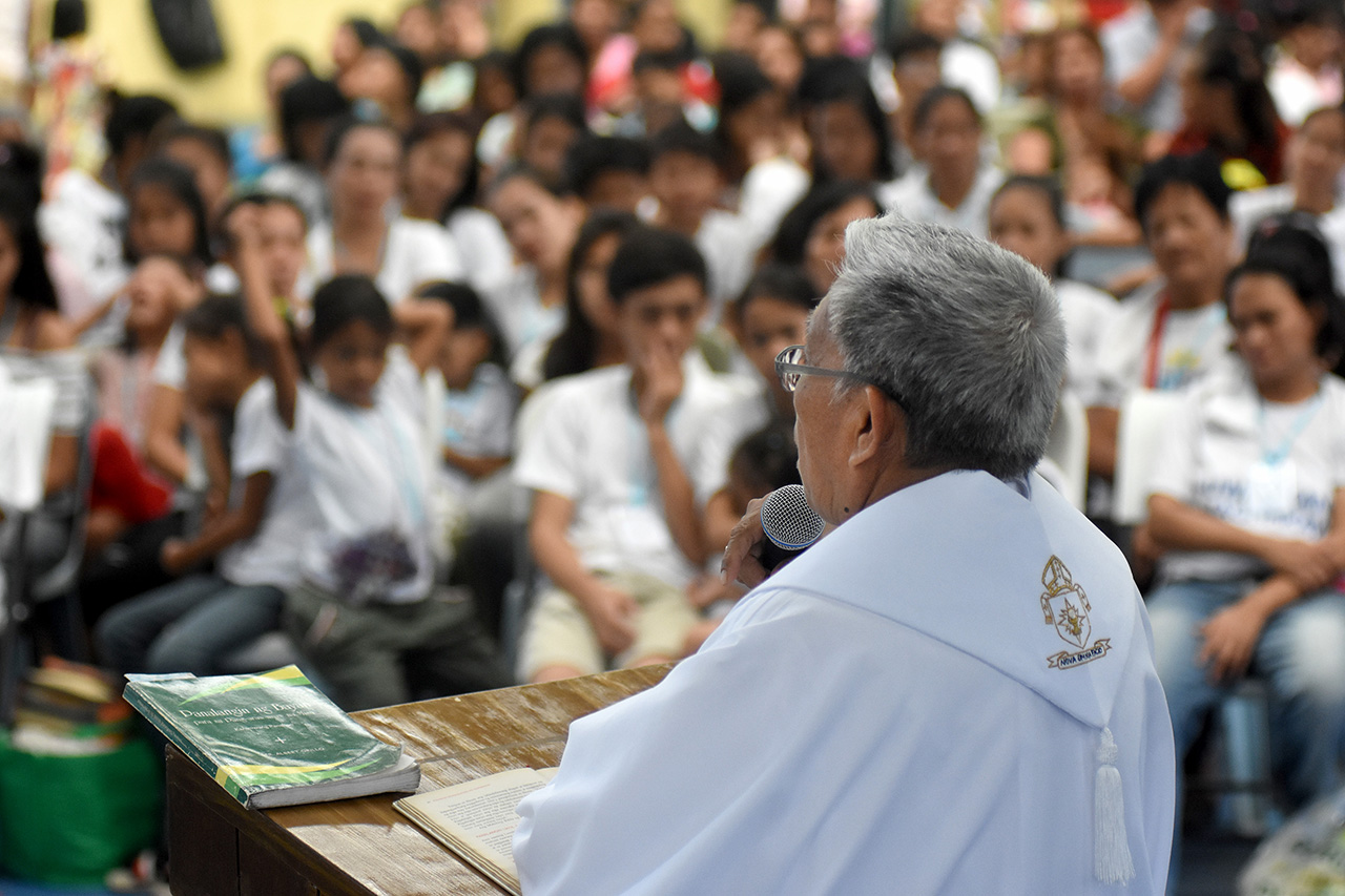 HOPE. Novaliches Bishop Antonio R. Tobias leads the homily with 154 families of EJK vicitims. Photo by Angie de Silva/Rappler