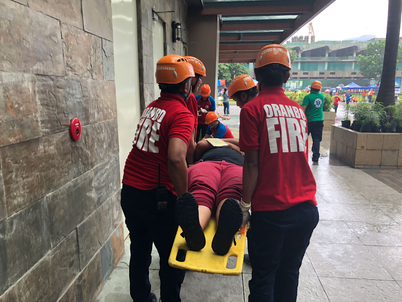 TO SAFETY. An injured civilian is carried on a stretcher during the 10th Pasig citywide earthquake drill. Photo by Samantha Bagayas/Rappler