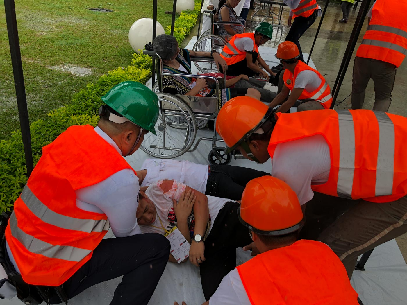 FIRST AID. An injured civilian is being treated during the Pasig citywide earthquake drill. Photo by Samantha Bagayas/Rappler