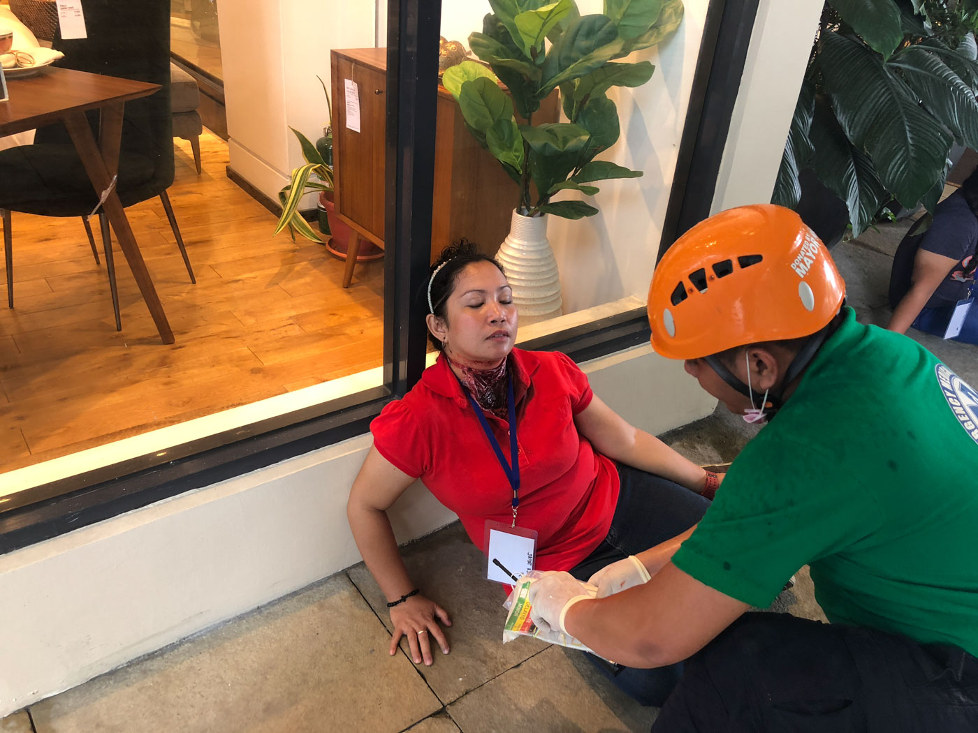 REALISTIC. An injured civilian keeps the earthquake drill realistic with a bloody wound. Photo by Samantha Bagayas/Rappler