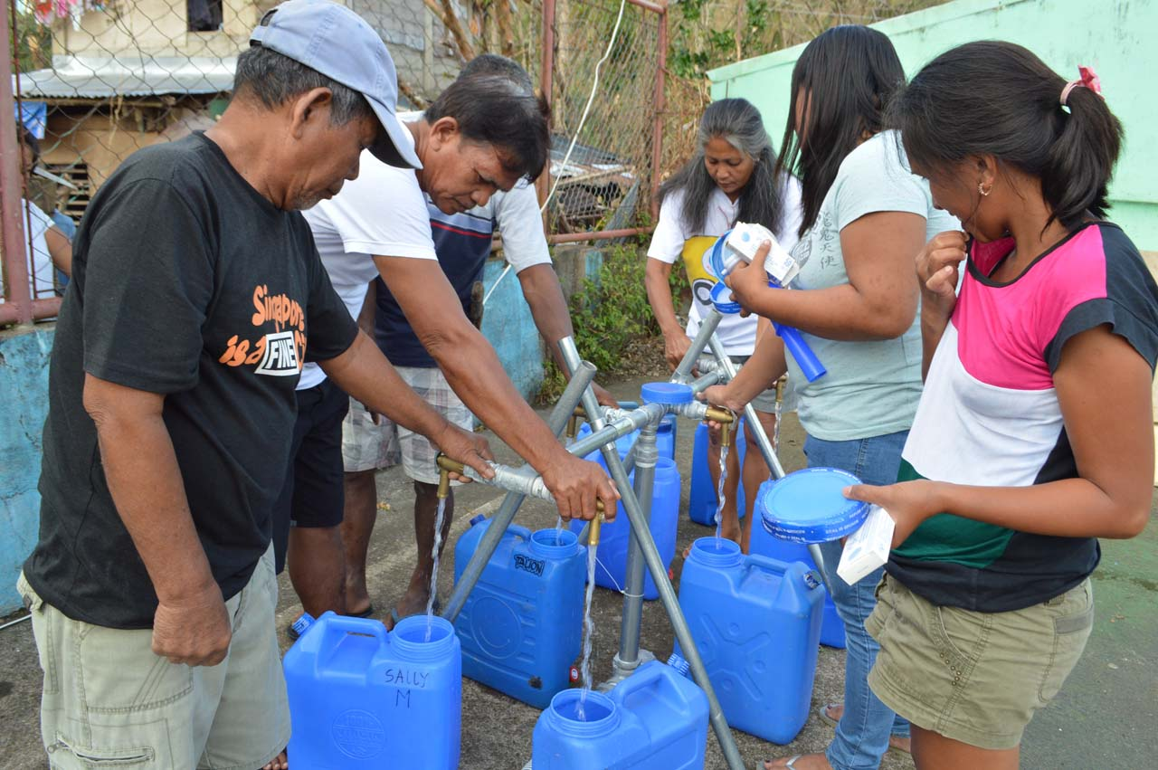 SAFER WATER. The Humanitarian Response Consortium (HRC) provides a water bladder that could be used to purify up to 5,000 liters of water per batch for about 400 families in Barangay Santo Niño and nearby communities in typhoon-hit Catanduanes. Photo by Angela Casauay/Oxfam