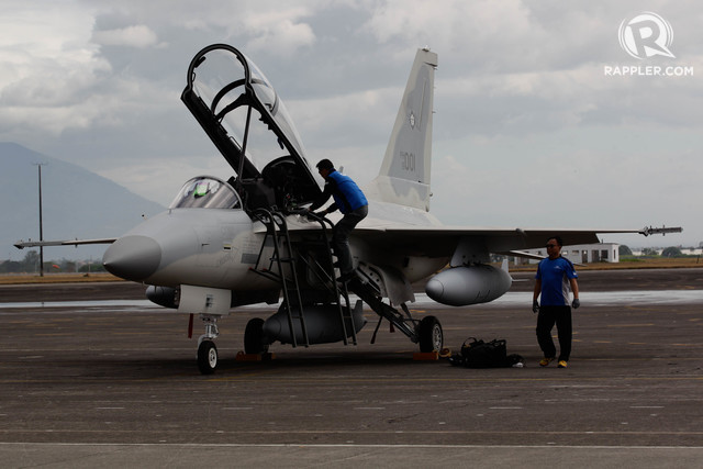 DELIVERY. A South Korean pilot disembarks from a FA-50PH aircraft he flew to Air Force City base in Clark, Pampanga, on November 28, 2015. Photo by Edwardo Solo/Rappler