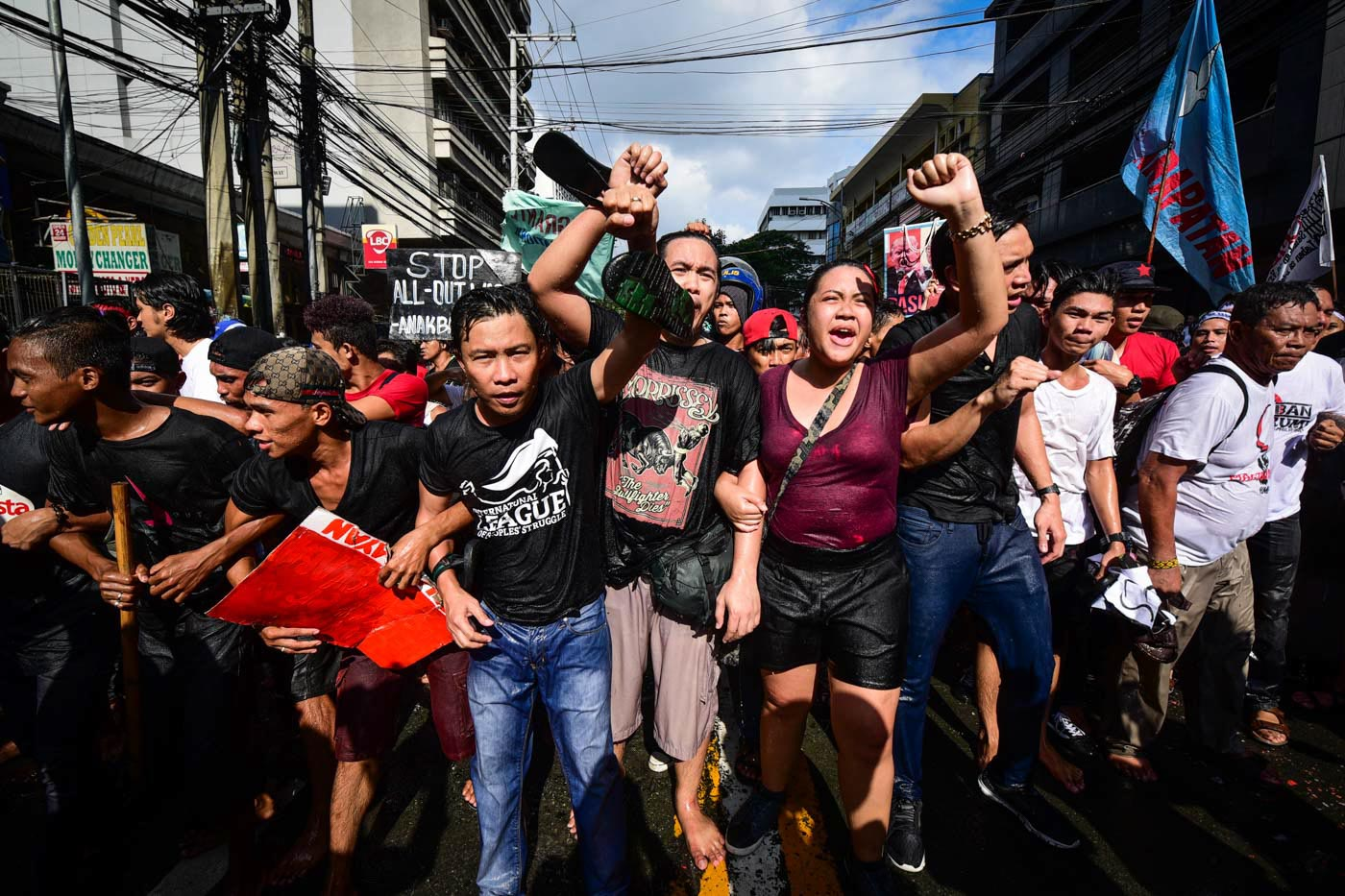 FIGHT CONTINUES. The groups were composed of people from different age groups. Photo by Alecs Ongcal/Rappler