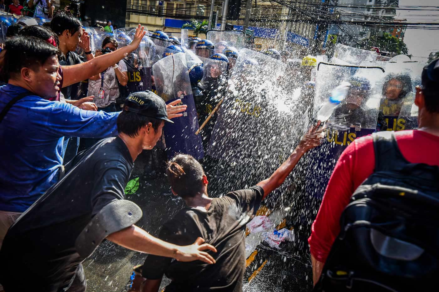 STAND OFF. The police later on used water cannons on the protesters. Photo by Alecs Ongcal/Rappler