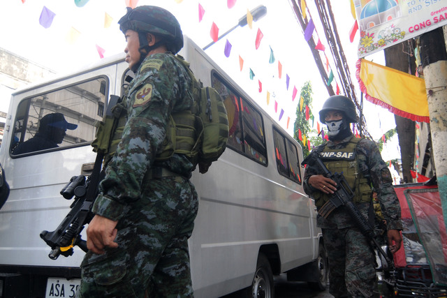 'WAR ON DRUGS.' Philippine police during a drug raid in the city of Manila. File photo by Ben Nabong/Rappler