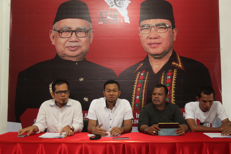 Juru bicara pasangan calon independen gubernur dan wakil gubernur Aceh, Zaini Abdullah-Nasruddin memberikan keterangan terkait hasil rekapitulasi syarat dukungan di Banda Aceh, pada 22 Oktober 2016. Foto oleh Antara