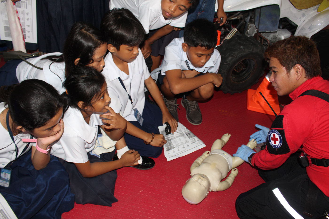TRAINING. A representative from the Office of Civil Defense Bicol demonstrates to pupils at the Bacacay East Central School in Albay how to administer first aid. Photo by Rhaydz Barcia/Rappler
