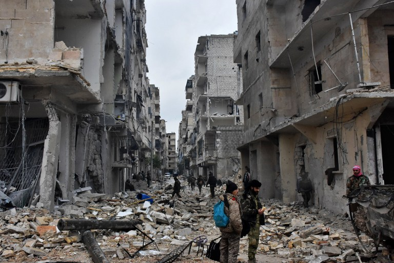 Syrian pro-government forces advance in the Jisr al-Haj neighborhood during the ongoing military operation to retake remaining rebel-held areas in the northern embattled city of Aleppo on December 14, 2016. George Ourfalian/AFP