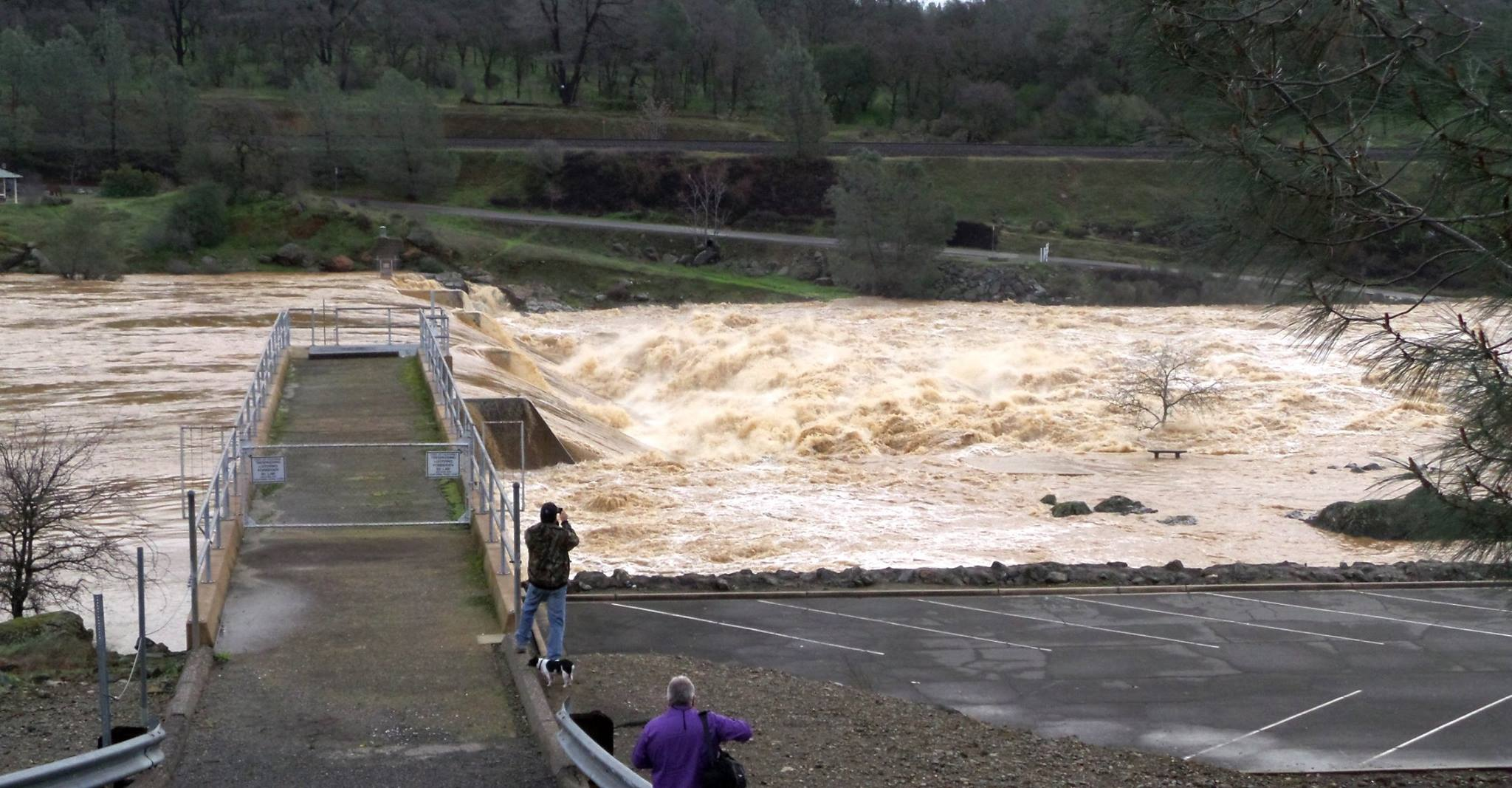 Thousands evacuated as California dam threatens to break