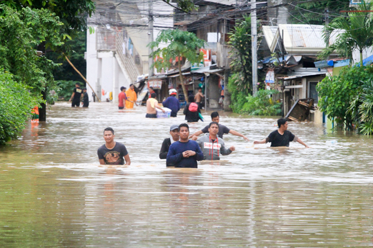 CAGAYAN DE ORO. Residents wade through high waters in Kalambaguhan Street in Cagayan de Oro City as Tropical Storm Vinta lashes Northern Mindanao on Friday, December 22,2017. Photo by Bobby Lagsa/Rappler