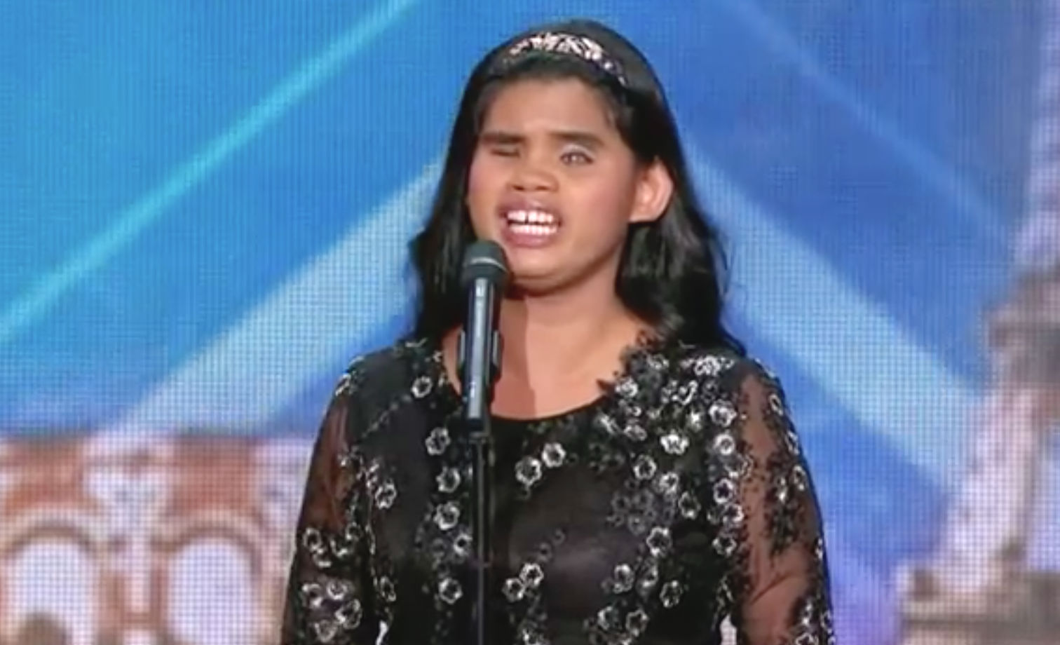 watch blind filipino singer wows judges on 39 france has got talent 39. Black Bedroom Furniture Sets. Home Design Ideas