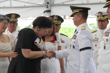 WIDOW. Ilocos Norte Representative Imelda Marcos breaks down as she receives the flag from Armed Forces acting chief Lieutenant General Glorioso Miranda.