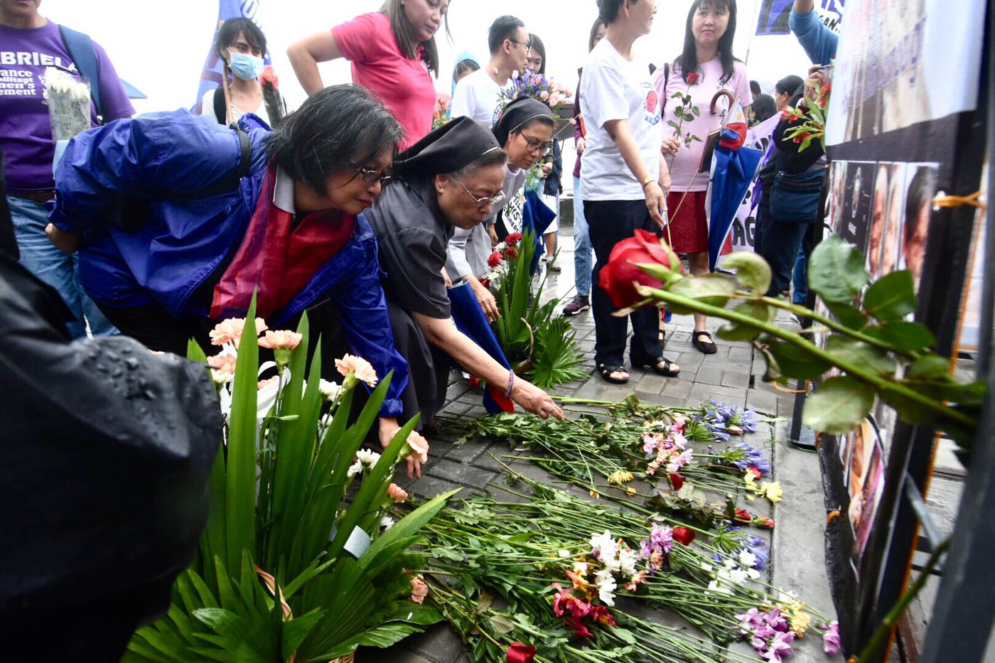 FLORAL OFFERING. Sister Mary John Mananzan (center) and others offer flowers at the former site of the comfort woman statue on June 12, 2018. Photo by Angie de Silva/Rappler