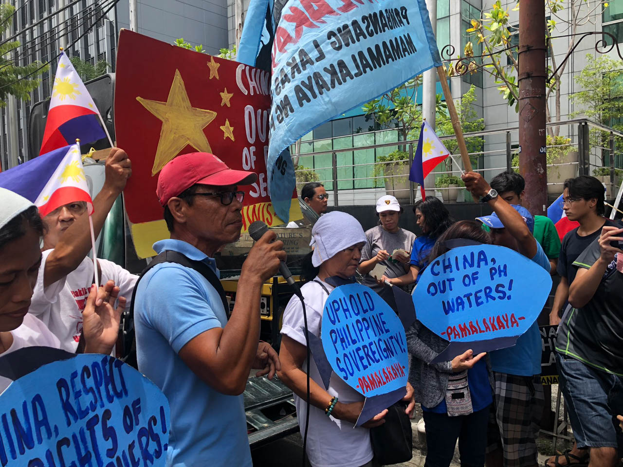 MAKATI. Bobby Roldan, Pamalakaya Central Luzon, discusses the struggles of Filipino fisherfolk in a rally held in Makati on Wednesday, June 12. Photo by Arlan Jondonero/Rappler
