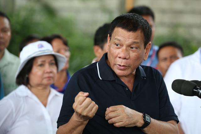 WAR ON DRUGS. President Rodrigo Duterte inspects a shabu factory in Arayat, Pampanga, on September 27, 2016. Photo by PPD