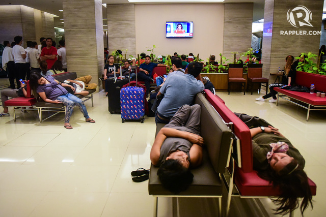 FIRST AID. Guests of Resorts World wait for first aid treatment inside the nearby Remington Hotel in Pasay City on June 2, 2017. Photo by Alecs Ongcal/Rappler