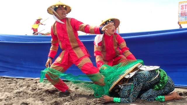 PAWIKAN THREATS. The dangers pawikans face, like being caught in fisherfolk's nets, are also depicted in street dances.