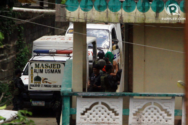 SUSPECTED MAUTE. Several man were arrested by authorities Saturday morning, June 3, as they swim across Agus River in Marawi City. Photo by Bobby Lagsa/Rappler