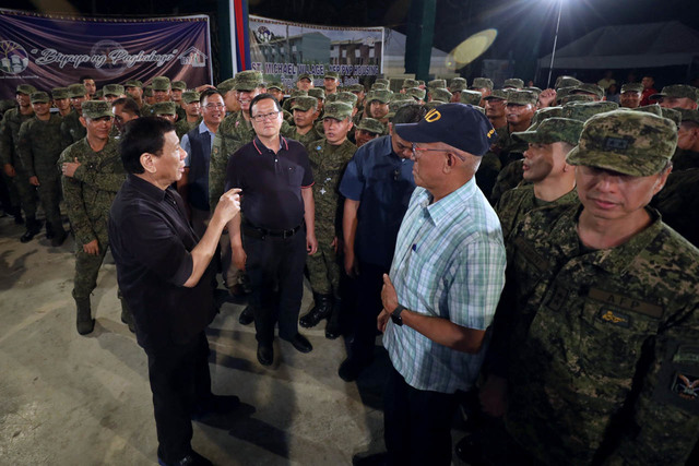 ORDER TO SOLDIERS. President Rodrigo Duterte talks to Defense Secretary Delfin Lorenzana during his visit to Camp Rajah Sikatuna in Carmen, Bohol on November 27, 2018. Malacañang photo