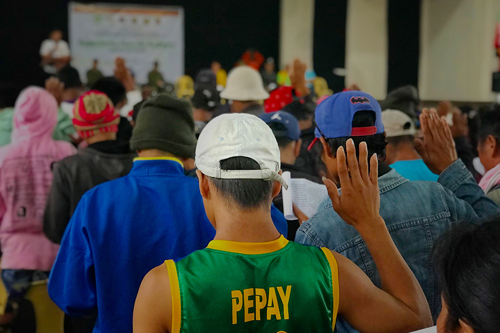 PLEDGING ALLEGIANCE. Former NPA rebels, Militia ng Bayan members, and their Mass-based supporters pledge allegiance to the Republic of the Philippines after they surrendered on Wednesday, February 7, 2018 in Sumilao, Bukidnon. Photo from the army's 403rd Infantry Battalion
