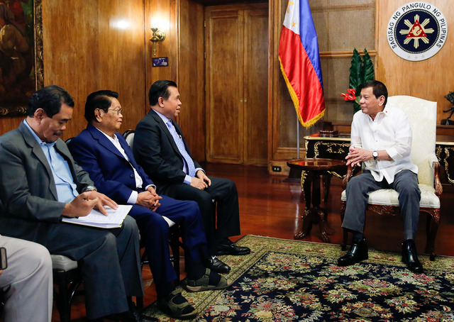 PRIORITY. President Rodrigo Duterte reiterates to MILF leaders on Monday, November 27, 2017, the passage of the Bangsamoro Basic Law remains a priority of his administration. Presidential file photo