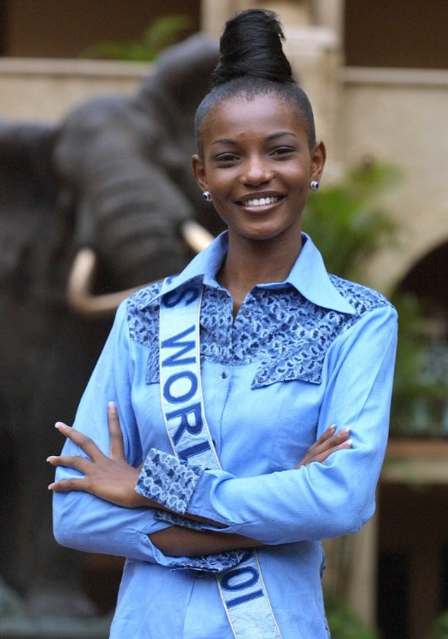 NIGERIAN BEAUTY. Miss World 2001 Agbani Darego poses for photographers on November 17 November 2001, at Sun City, South Africa. File photo by Yoav Lemmer/AFP