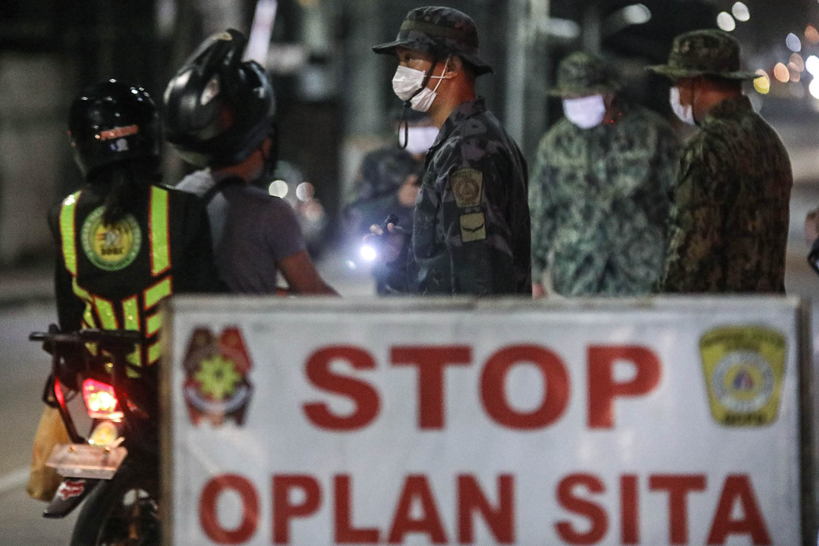 CHECKPOINT. Quezon City police check for signs and symptoms of the novel coronavirus among those passing through a checkpoint on Sgt Esguerra St. in Quezon Cit. File photo by Darren Langit/Rappler