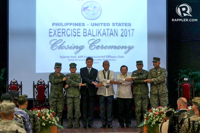 BALIKATAN CLOSING. Top American and Philippine officials, including the US Ambassador and the Philippine defense chief, pose at the Balikatan Closing Ceremony. Photo by Lito Boras/Rappler