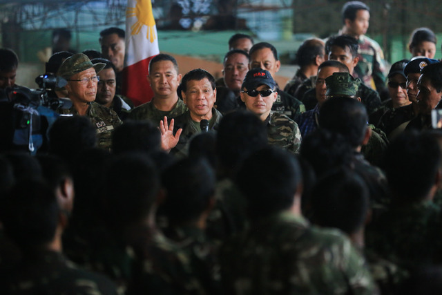 STRENGTHENING AFP. President Rodrigo Duterte talks to soldiers deployed in Marawi City on August 4. Photo by Alber Alcain/Presidential Photo