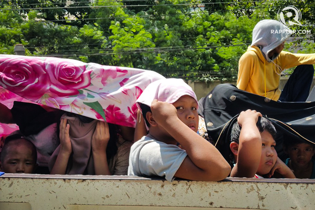 ESCAPING VIOLENCE. Internally displaced persons pass through a checkpoint in Iligan City on May 24, 2017, following armed clashes between the Maute Group and government forces in Marawi City. File photo by Bobby Lagsa/Rappler