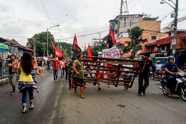 BARIKADANG BAYAN. Residents of East Bank Floodway in Barangay Sta. Lucia, Pasig City set up barricades at the entrance of their community as defense of their homes against demolition threat on August 31, 2017. Photo by Kathy Yamzon