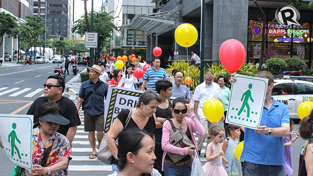 PEDESTRIANS RULE. Families show motorists in BGC, Taguig City the importance of stopping for pedestrians. Photo by Alison Julia Tabong/Rappler