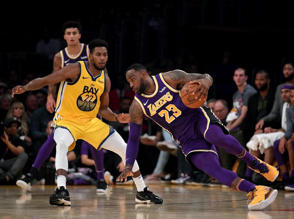 No-mercy Lakers thrash Warriors
