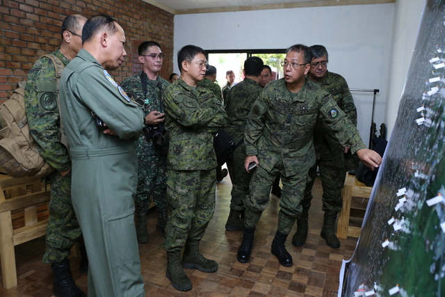 TACTICAL OPERATIONS BRIEFING. AFP chief General Eduardo Año (center) visits Marawi City alongside other top defense officials to discuss the situation with ground commanders. Photo from AFP