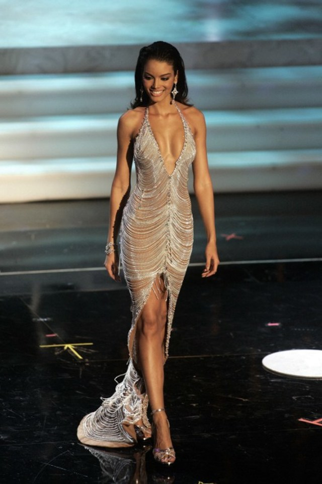 MISS UNIVERSE PUERTO RICO 2006. Miss Puerto Rico Zuleyka Rivera takes the catwalk during the Evening Dress Presentation of the Miss Universe competition in Los Angeles, 23 July 2006. Zuleyka Rivera was crowned Miss Universe 2006. Photo by Hector Mata/AFP Photo