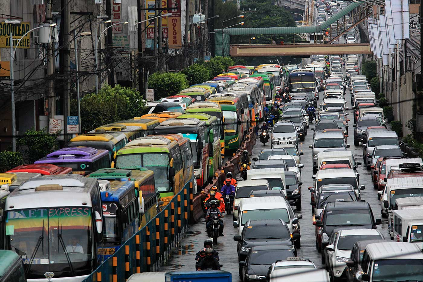 TRAFFIC JAM. Roads of the metropolis remain jampacked. Photo by Darren Langit/Rappler