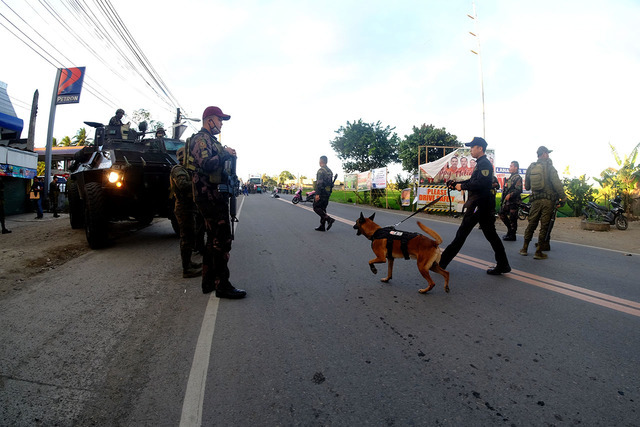 EXPLOSIONS. Amy and police operators secure the explosion site along the national highway in Maranding, Lala, Lanao del Norte. Photo by Bobby Lagsa/Rappler