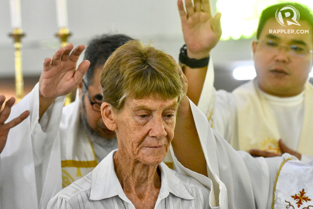 MISSIONARY. Priests pray over Australian nun Sister Patricia Fox at UP Diliman's Parish of the Holy Sacrifice on April 28, 2018. File photo by Angie de Silva/Rappler
