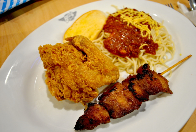 BIGG'S DEAL. For P277, you can get Bigg's fried chicken, spaghetti, and kebab in one plate. Photo by Steph Arnaldo/Rappler