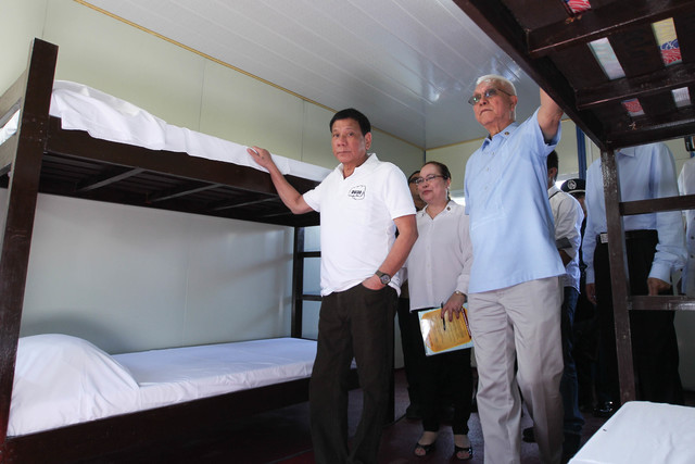 INSPECTION. Cabinet Secretary Jun Evasco accompanies President Duterte as he inspects a new drug rehabilitation facility in Nueva Ecija donated by Chinese tycoon Huang Rulun. Photo by Ace Morandante/Presidential photo